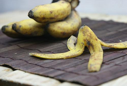 Бананы и банановые шкурки