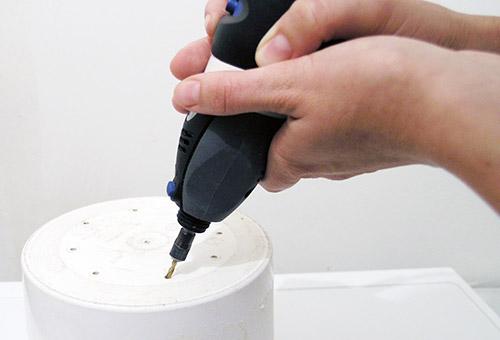 Сверление дренажных отверстий в плошке для рассады