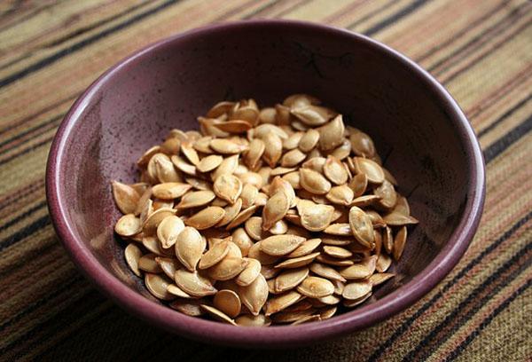 Семена кабачков в миске
