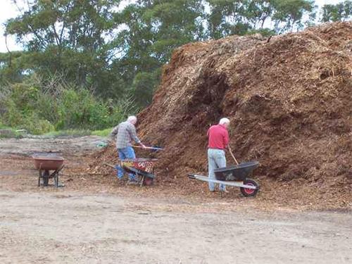 Опилки в компосте для удобрения почвы