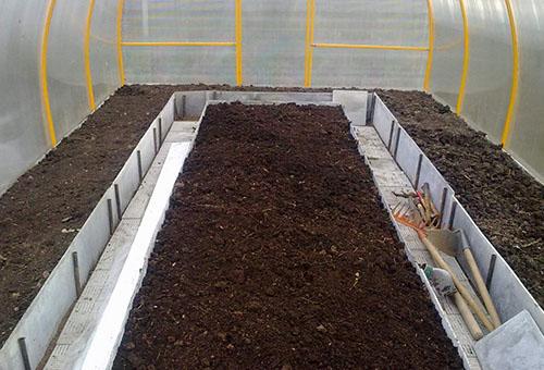 Подготовленная земля в теплице