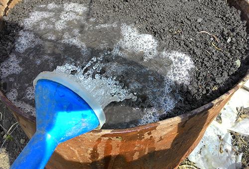 Подготовка грунта в бочке для огурцов