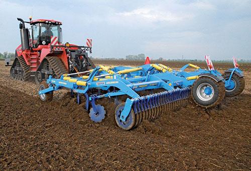 Подготовка почвы на поле для сои