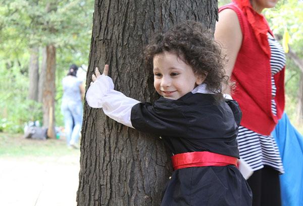 Ребенок обнимает дерево