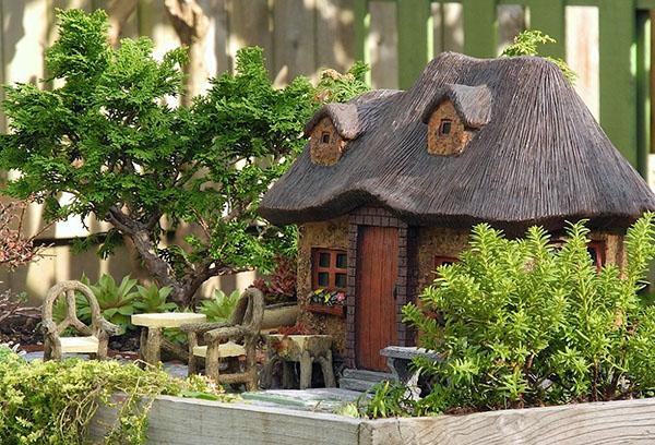 Мини-садик в деревянном ящике