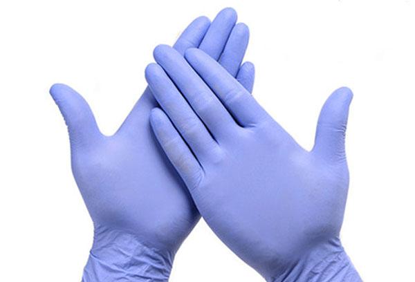 Руки в латексных перчатках