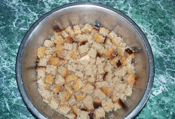 Приготовление настоя из хлеба для подкормки огурцов