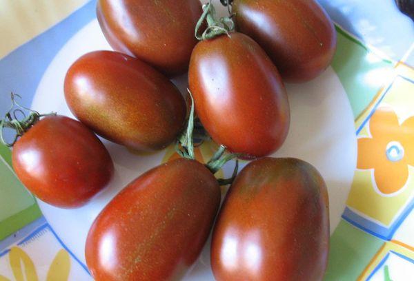 Плоды томата на тарелке