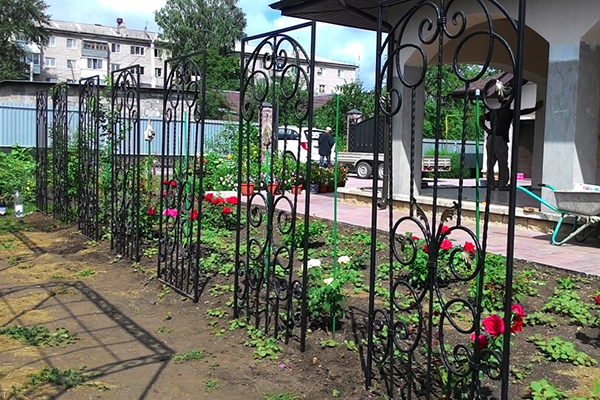 Металлические опоры для плетистых роз