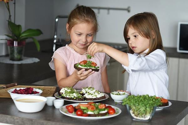 Дети готовят бутерброды с микрозеленью