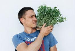 Мужчина с микрозеленью