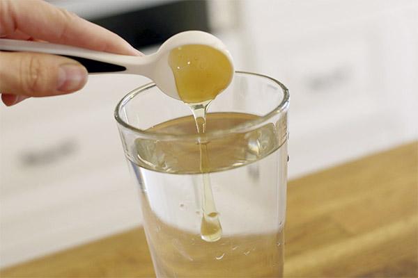 Добавление меда в стакан воды